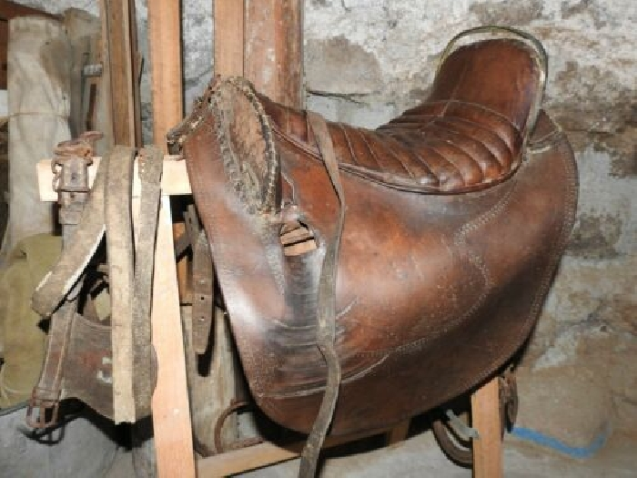 VINTAGE OLD AND USED HORSE RACING/ EXERCISE SADDLE 17