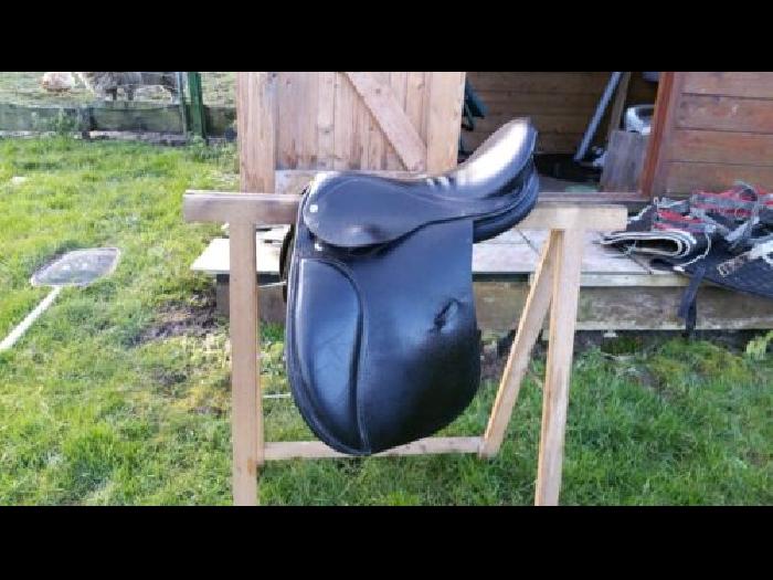 selle d quitation 15 pouces selle cheval occasion. Black Bedroom Furniture Sets. Home Design Ideas